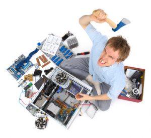 Mann löst seine Computerprobleme mit einer Axt